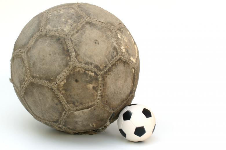 большой старый и маленький новый мяч