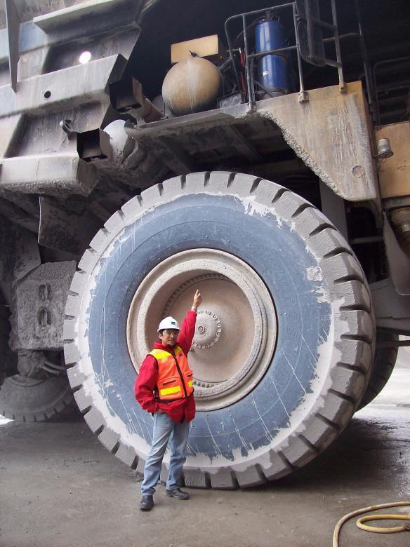огромный трактор